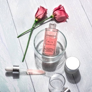 Symbiosis Anti-Oxidising Rose Radiance Serum incorporates powerful ingredients such as Rose, Hyaluronic Acid and Vitamin C that work to support natural skin renewal, promote elasticity and leave skin with a soft, dewy and radiant finish🌹