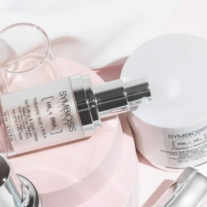 Struggle withpuffy, dark circles around your eyes?👀  R.N.A. helps radically combat the signs of ageing including wrinkles, sagging skin and brown spots, leaving the eye area visibly firmer and healthier!